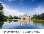 Stock photo neues rathaus hannover spiegelt sich im maschteich 1080487487