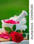 Постер, плакат: Rose petals in a