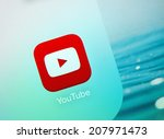 Постер, плакат: Youtube icon on an