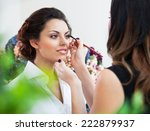 Постер, плакат: Make up artist doing make