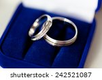 Small photo of Wedding rings in a dark blue velvet etui