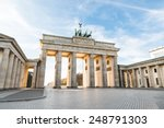 the famous brandenburg gate in