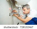 Plumber Man Repair Leaky Fauce...