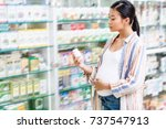young pregnant woman holding...   Shutterstock . vector #737547913