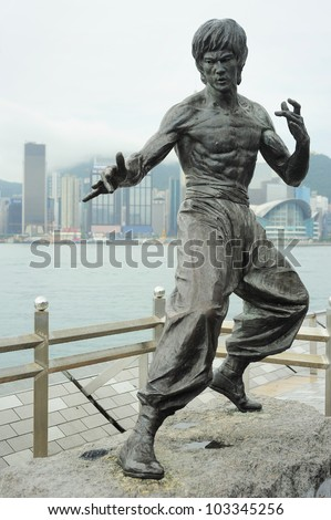 statue of bruce lee at avenue
