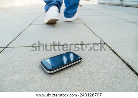a person who loses the phone and falls in a city