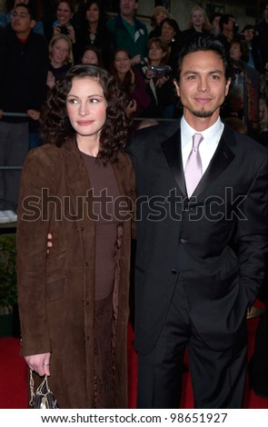 Actress JULIA ROBERTS & actor boyfriend BENJAMIN BRATT at the 7th Annual Screen Actors Guild Awards in Los Angeles. 11MAR2001.    Paul Smith/Featureflash
