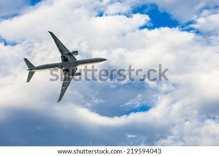 airplane overhead flying