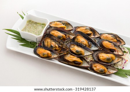 Baked Mussel with Thai spicy seafood sauce