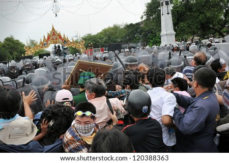 BANGKOK - NOV 24: Nationalist protesters from the Pitak Siam group clash with riot police at a large anti-government rally on Makhawan Bridge on Nov 24, 2012 in Bangkok, Thailand.