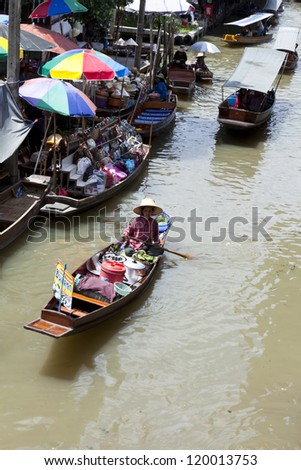 BANGKOK, THAILAND-AUG.5: The famous floating markets, sales take place from longboats, August 5, 2012 in Bangkok, Thailand. The traders deliver, and sell all their wares from longboats