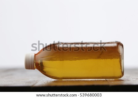 bottle of apple cider vinegar on the wooden table top