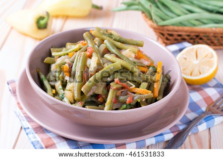 Braised green beans with carrots, onions and parsley