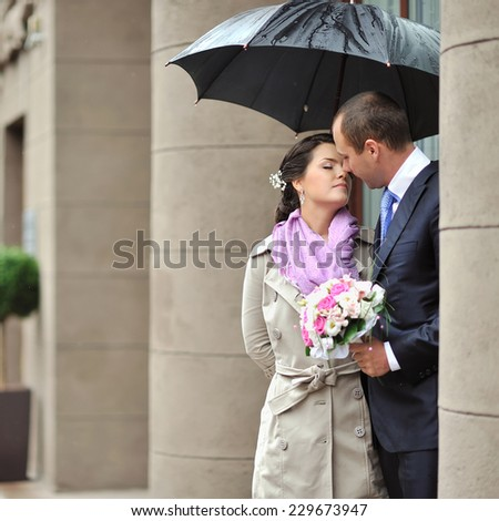 Bride and groom in a rainy day