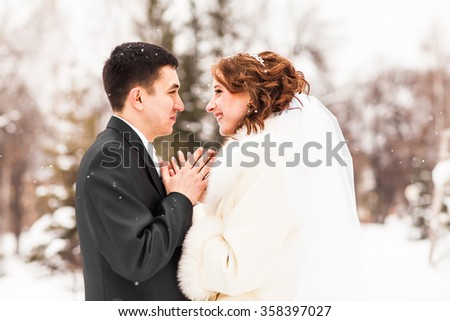 bride and groom in the winter park