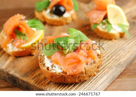how to serve smoked salmon on brown bread