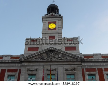 Yellow arrow painted wall directional sign stock photo for Kilometro 0 puerta del sol