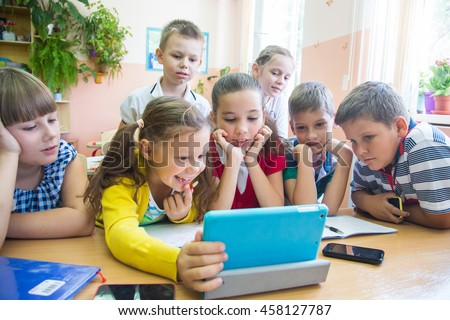 Children of primary school are enrolled in the class of tablet