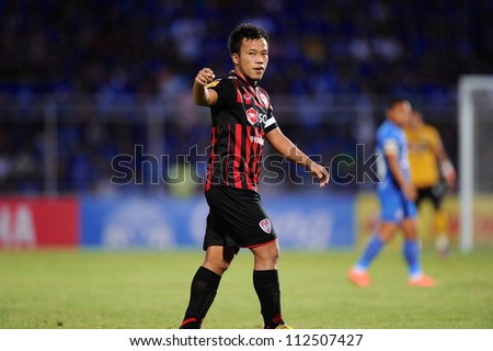 CHONBURI,THAILAND-26AUGUST:Datsakorn Thonglao(red)of SCG Muangthong Utd.in action during Thai Premier League between Chonburi fc.and SCG Muangthong Utd.at Chonburi Stadium on August 26,2012 inThailand