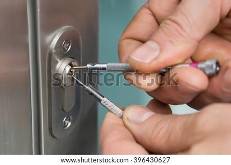 Close-up Of Lockpicker Hand Fixing Door Handle At Home & Male Carpenter Fixing Lock Door Screwdriver Stock Photo 342158201 ... Pezcame.Com