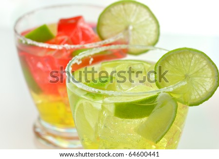 cocktails with ice and lime close up