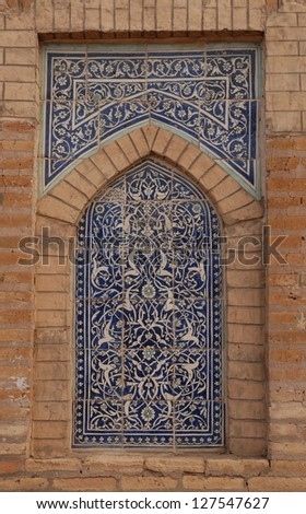 Decorative alcove with blue and white tiles