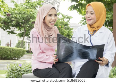 Doctor explaining x-ray good results to patient