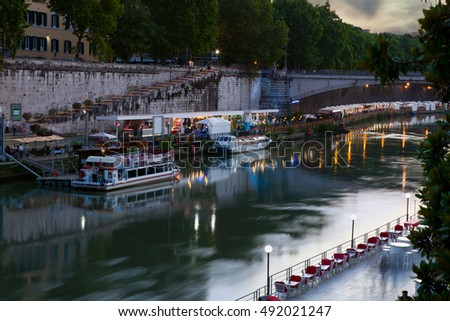 Evening cafes on the Tiber