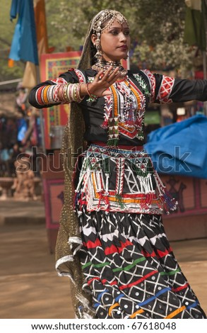 Female kalbelia dancer in traditional tribal dress performing at the annual Sarujkund Fair near Delhi, India