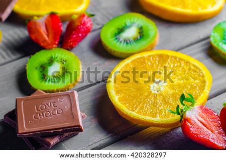 fruit slices on wooden background