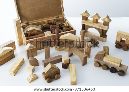 Game of assemble, made of wood, with several pieces forming geometric shapes.