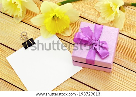 Gift of flowers and a note / Preview gift box with blank note and a flowers