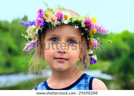 girl in the wreath with a bouquet of daisies
