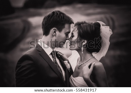 Groom aand bride black and white wedding picture