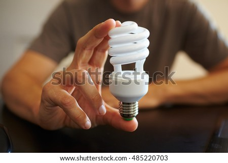 hand hold a lightbulb