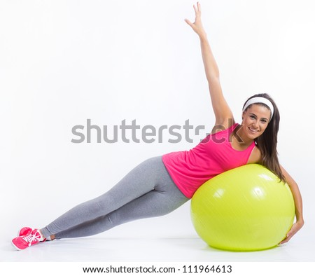 hermosa mujer morena practicando fitness