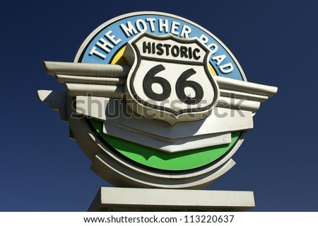 Historic Route 66 sign against blue sky in the state of California, USA, Historisches Route 66 Schild vor blauem Himmel im Bundesstaat Kalifornien, USA