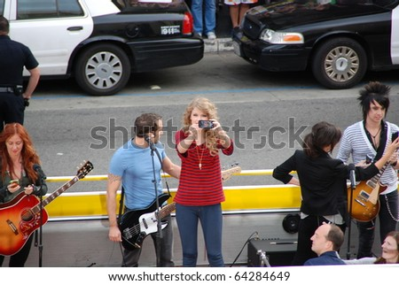 HOLLYWOOD, CA-OCTOBER 29: Singer Taylor Swift (C) during the recording of her music video at Hollywood & Highland mall on October 29, 2010 in Hollywood, CA.
