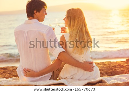 beautiful girls kissing on beach № 200716