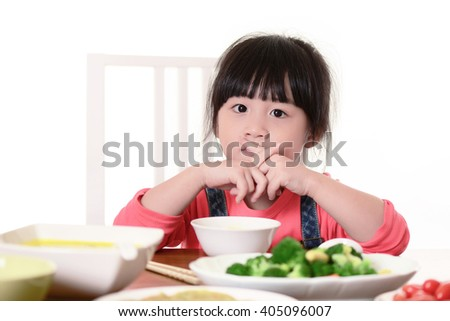 Kid eats vegetables