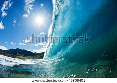 large breaking wave on the west side of Oahu