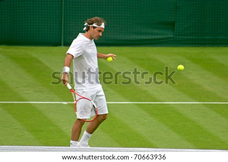 LONDON, ENGLAND - JUNE 26: Rodger Federer plays Richard Gasquet in the first round of tennis at Wimbledon on June 26, 2006 in London, England. Federer goes onto win the match and the Wimbledon Title.