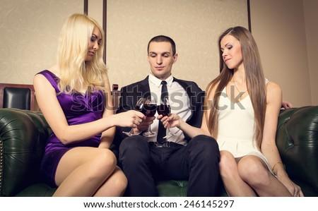 Порно Жопастые Трое Одну