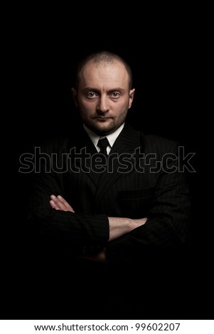 Man in black suite whit arms crossed