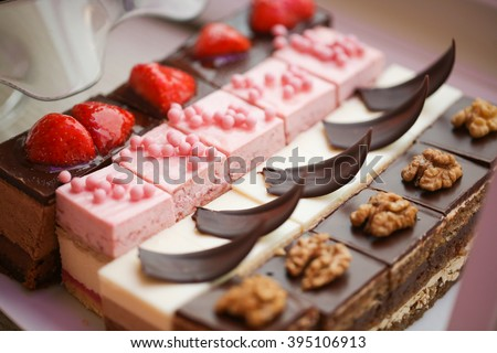 mini cakes with chocolate and strawberries
