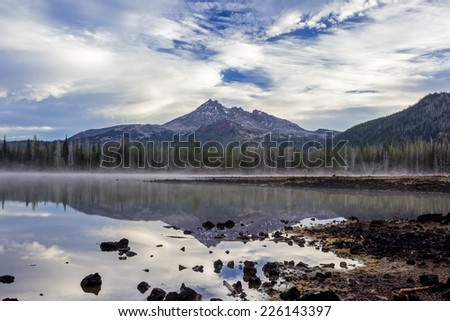 Mount reflection. Broken Top Mount and Sparks Lake in the Central Oregon