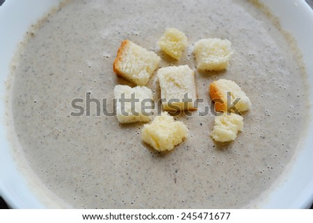Mushroom cream soup with crackers