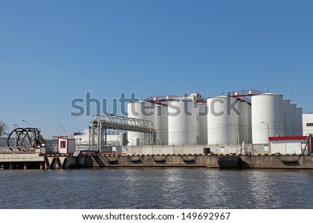 Oil loading terminal on quay