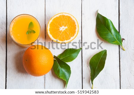 Orange juice with fresh oranges