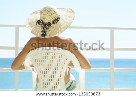 portrait of an attractive young woman in a hat on vacation